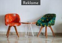to farverige lænestole